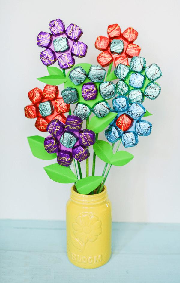 Hãy thử trang trí hoa cùng những thanh kẹo nhiều màu sắc