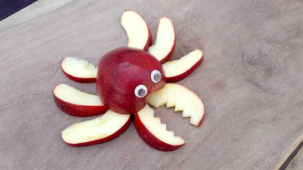 Cắt tỉa táo thành con cua để trang trí mâm cỗ Trung Thu nhà bạn