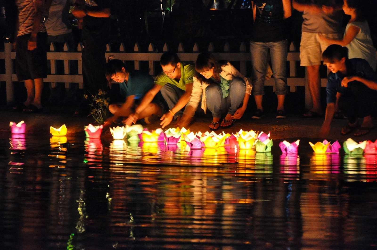 Thả hoa đăng tại công viên Lê Thị Riêng