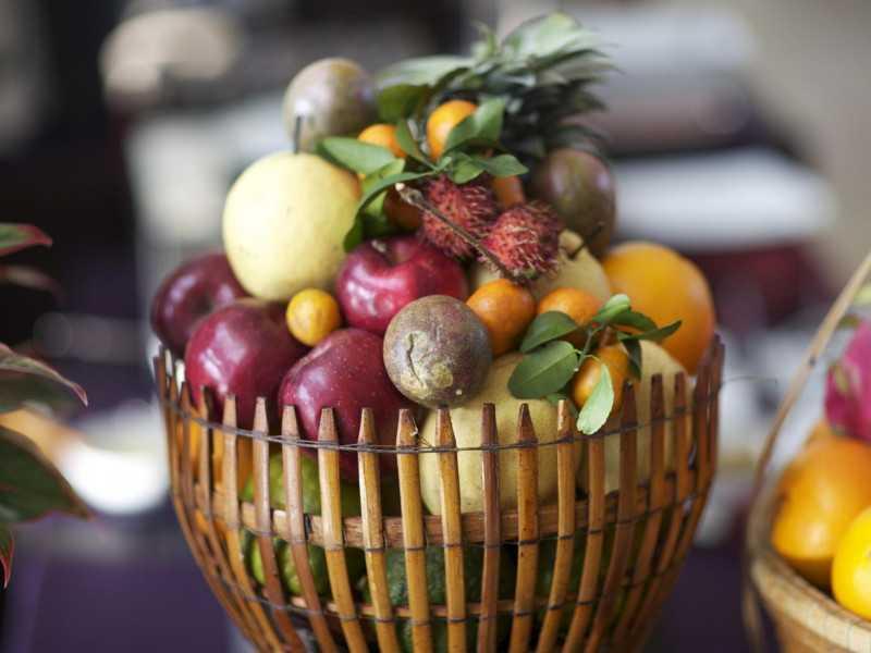 Điểm tô mâm cỗ Trung Thu bằng lọ hoa bằng hoa quả