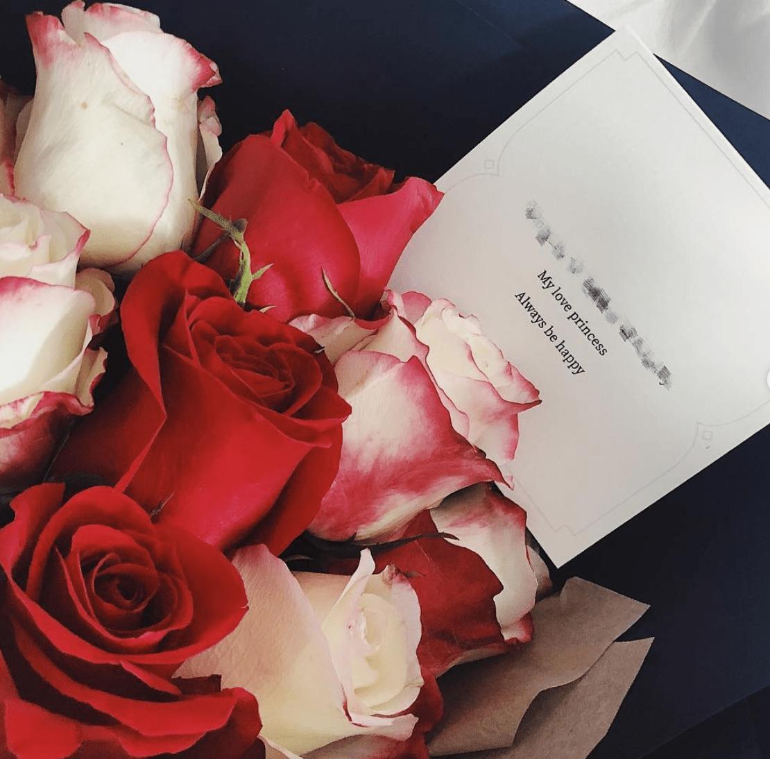 Một bó hoa hồng kèm lời yêu thương dành cho nửa kia