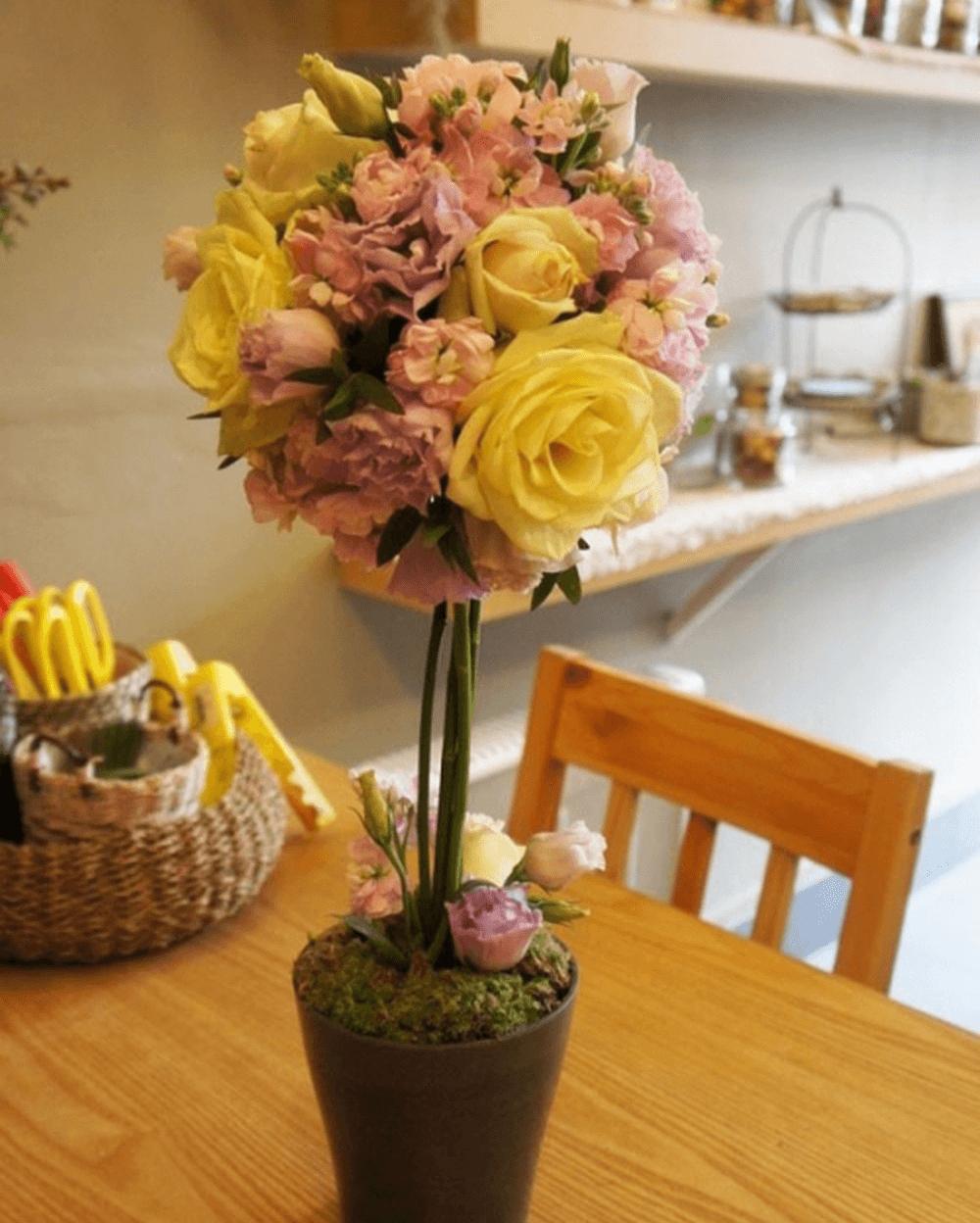 Kiểu cắm hoa thành hình quả cầu bay lạ mắt nhưng vẫn cực chất