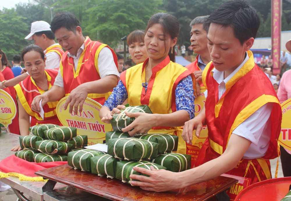 Hoạt động gói bánh chưng trong ngày giỗ tổ Hùng Vương