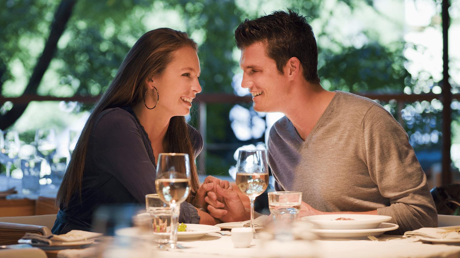 Một nhà hàng để ăn tối trong khung cảnh ấm áp và lãng mạn