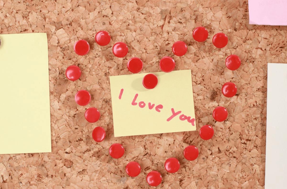 Dùng giấy ghi chú để thể hiện tình yêu cũng như những điều bạn muốn làm cho cô ấy