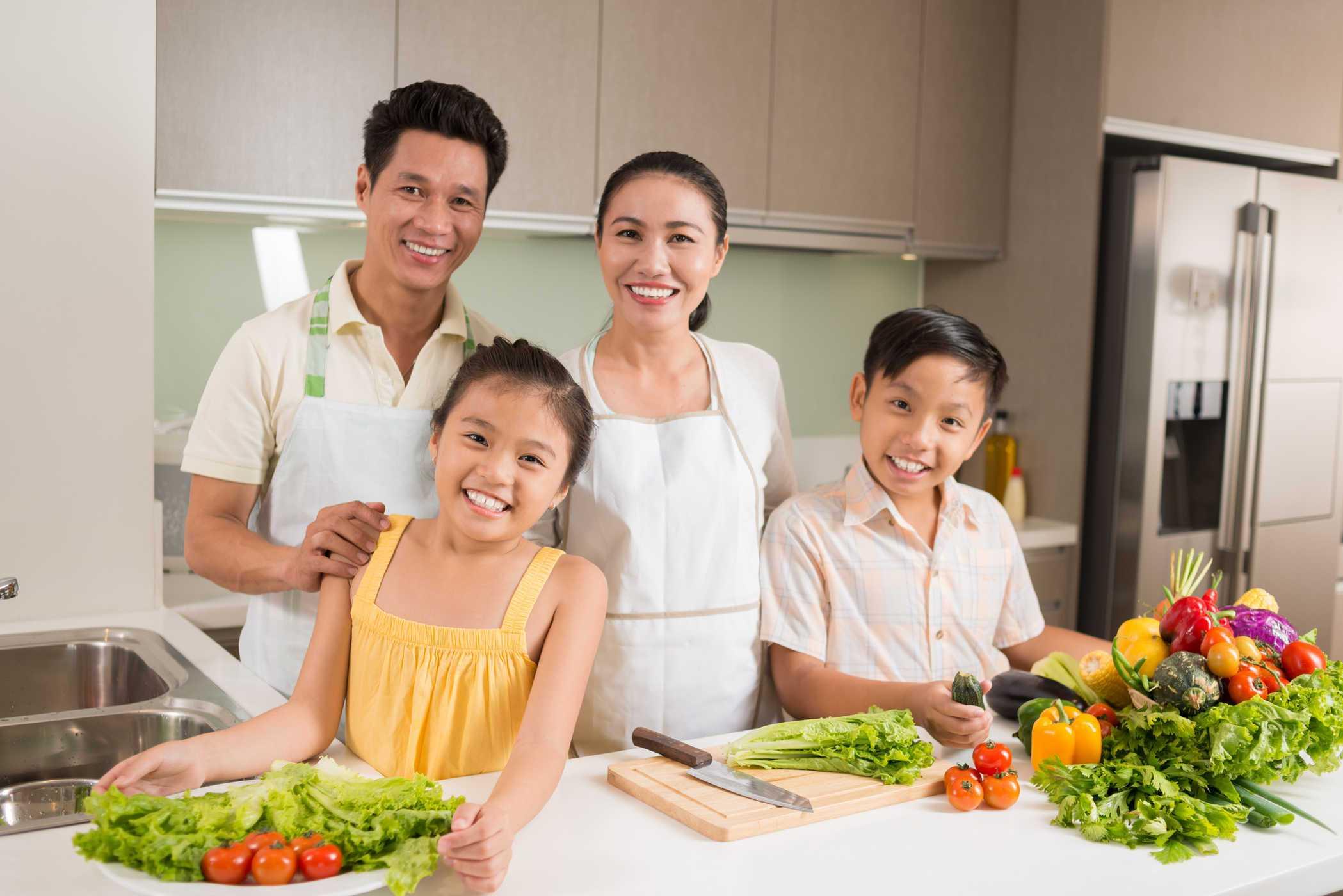 Cùng nhau nấu một bữa cơm gia đình dành cho mẹ