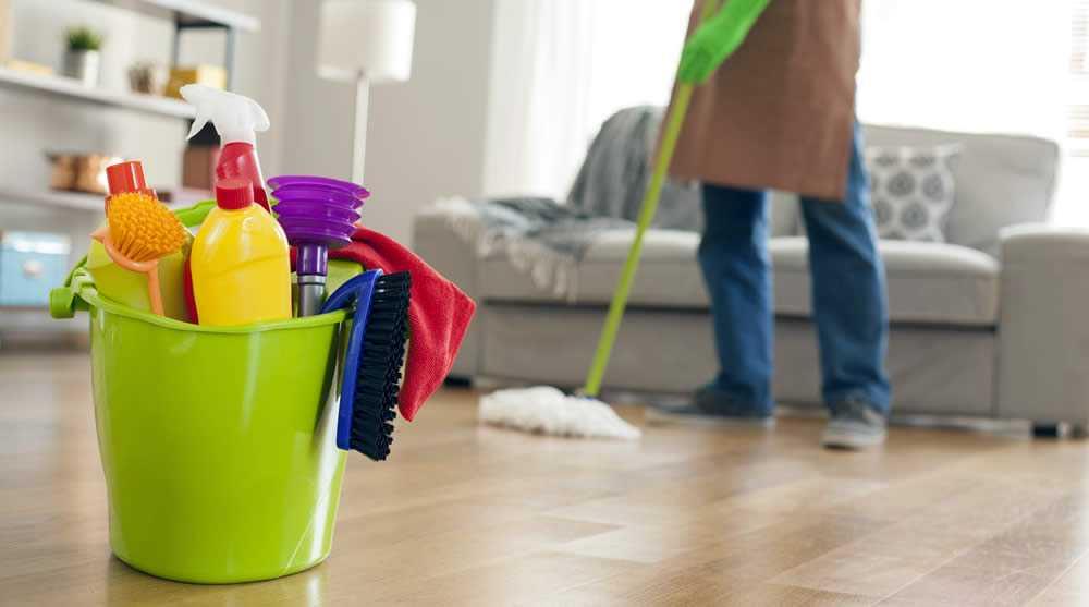 Dọn dẹp nhà cửa gọn gàng, đỡ đần các công việc nặng nhọc giúp vợ