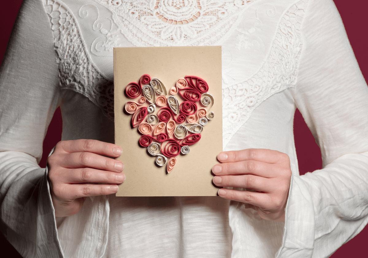 Mẫu thiệp Valentine trái tim dễ thương từ giấy cuộn