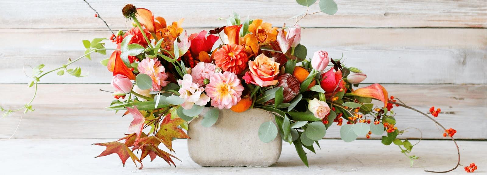 Thật đơn giản với cách cắm hoa trong khay gỗ